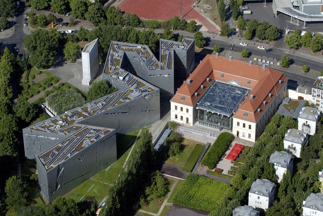 El Museo Judío (en alemán: Jüdisches Museum Berlin), muestra, a través de obras artísticas y objetos de la vida cotidiana, la historia de los judíos que viven y vivieron en Alemania durante los últimos dos mil años. El edificio que alberga el museo está diseñado por el arquitecto polaco Daniel Libeskind y fue inaugurado en 1999.