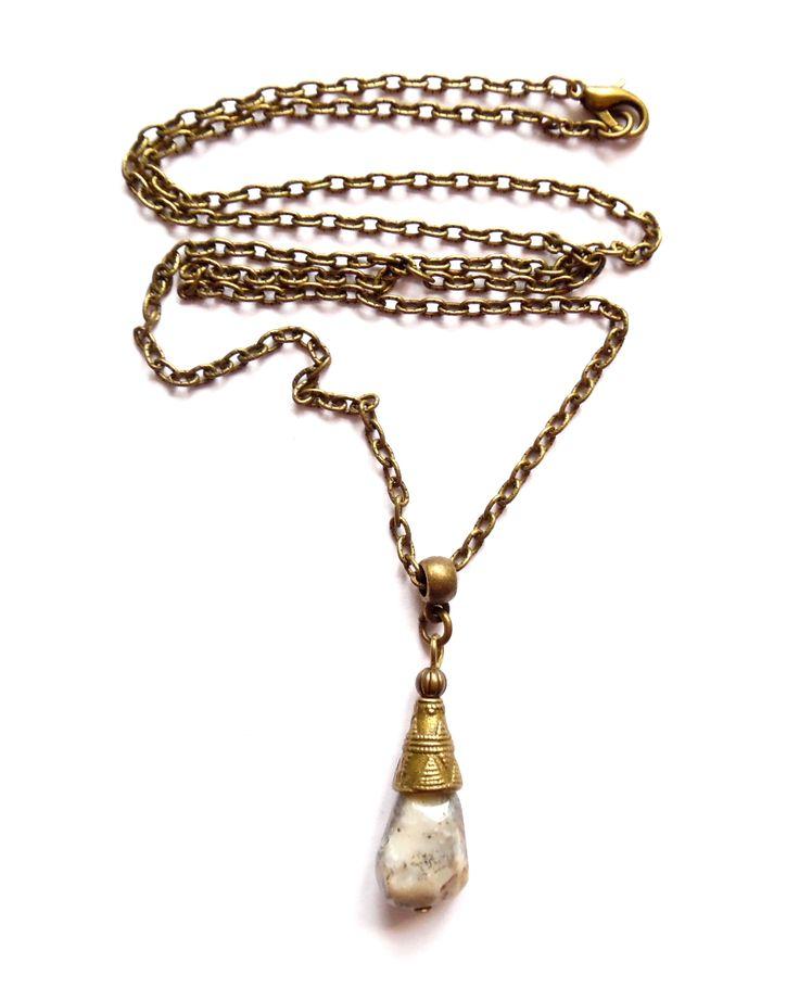 Halsband i brons med en ljusgrå facetterad moss opal.  Längd: 60cm Hängets storlek: 3cm