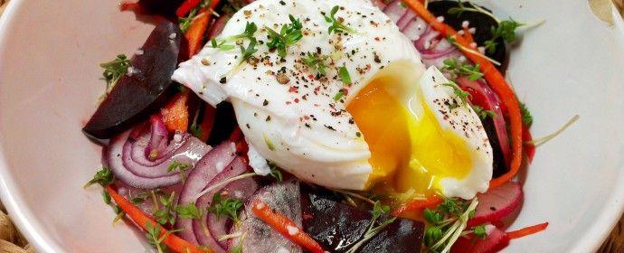 Salát z pečené řepy se ztraceným vejcem