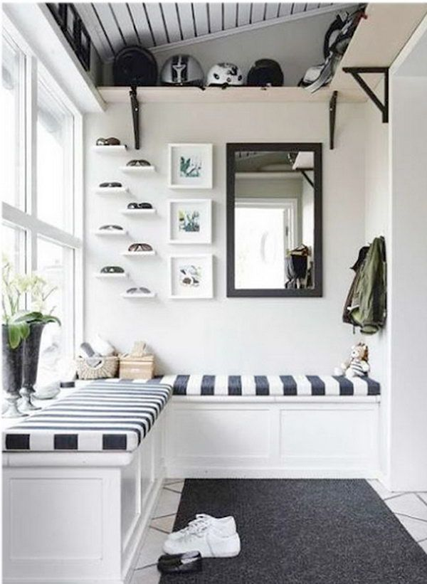 Black and white mud room. The contrast between white and black is so beautiful and applied to interior design for a long time. This mudroom is a great example. I'm in loving with the striped beach style cushions and L shaped bench, lots of light, nook.