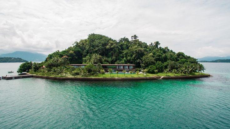 Удивительный особняк с прозрачным фасадом на острове в Бразилии http://kleinburd.ru/news/udivitelnyj-osobnyak-s-prozrachnym-fasadom-na-ostrove-v-brazilii/  Остров Ангра-дус-Рейс в Бразилии может похвастаться тем, что на нем расположен шикарный особняк, построенный в 2016 году дизайнерским бюро Jacobsen Arquitetura. Этот современный дом со всеми удобствами является воплощением мечты многих людей о рае на земле. «Этот проект должен удовлетворять жестким экологическим стандартам, ограничивающим…