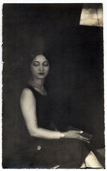 focus-damnit:  Rosa Covarrubias by Tina Modotti
