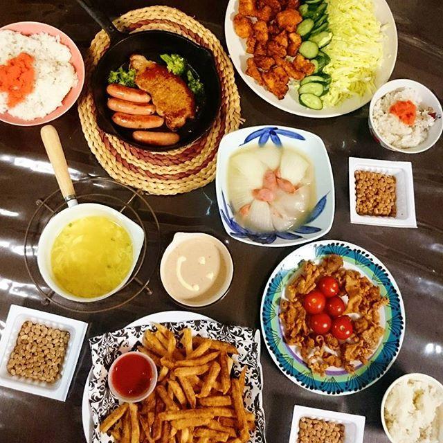 一昨日の晩ごはん、揚げ物のパーティ✨そして、少しのコンソメ顆粒とウインナーとで蒸した新玉ねぎ😉✨やっぱり新玉めちゃおいしい😆✨ #晩ごはん #ばんごはん  #よるごはん #おうちごはん #スキレット #肉 #肉食 #から揚げ #ポテト #新玉ねぎ #新玉 #納豆はパックのまま #たまごスープ #簡単 #時短 #おいしい