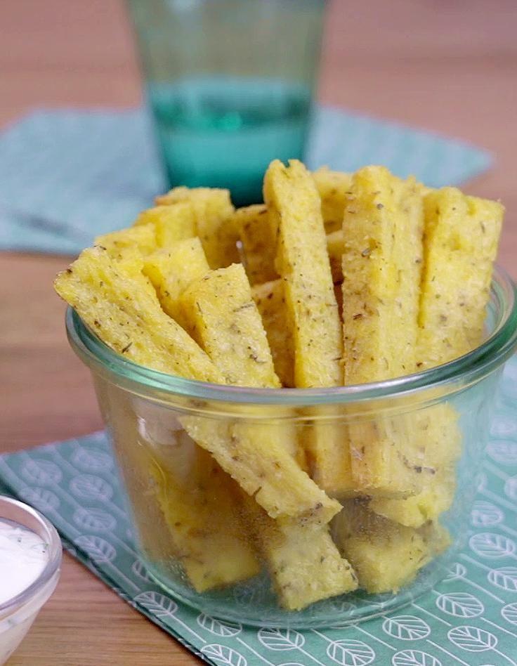 Recette Frites de polenta : Faites bouillir l'eau avec du sel. Ajoutez la polenta, et laissez cuire 3 à 4 mn à feu moyen. Assaisonnez avec des herbes de Provence, de l'ail en poudre, du sel et du poivre. Etalez dans un plat, laissez reposer 30 mn. La sauce au fromage blanc. Mélangez le fromag...