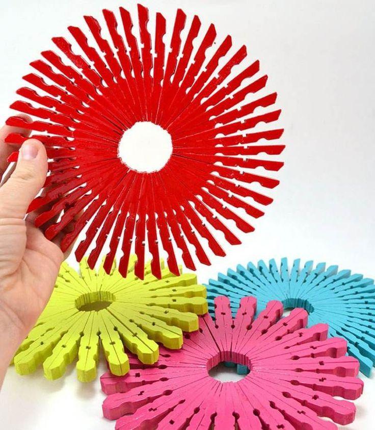 dessous de plat en pinces à linge colorés en rouge, jaune, rose et bleu