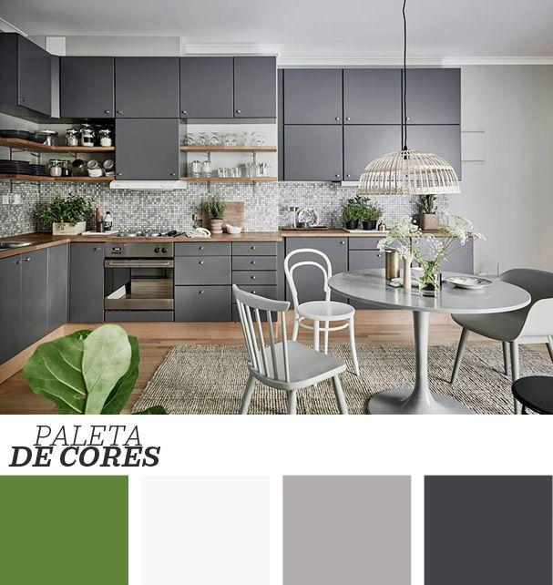 A decoração sóbria dessa cozinha é a prova de que o cinza não precisa ser monótono. As linhas simples dos móveis, combinadas com texturas do tapete e com muito verde em arranjos bonitos, dão o toque de frescor que o espaço precisa. Veja mais clicando na imagem!