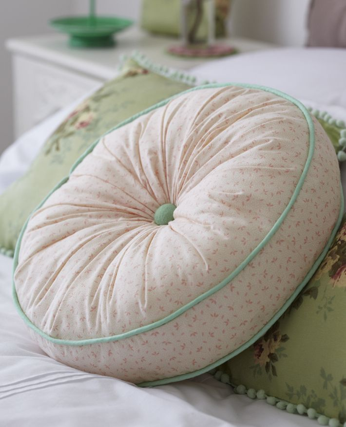 Free pattern - round button-tufted cushion by Torie Jayne
