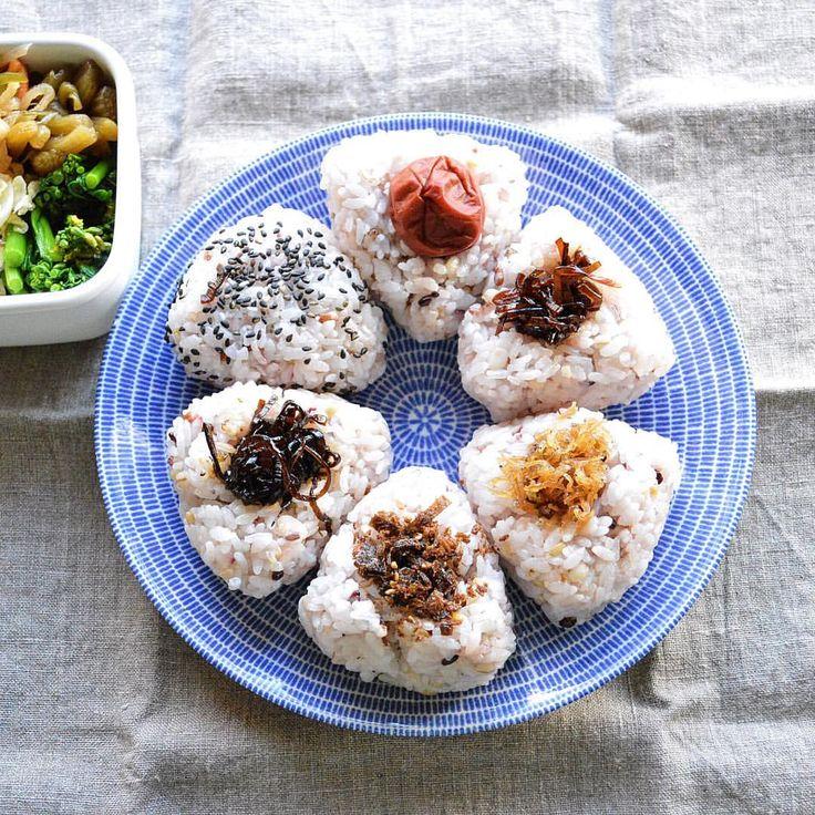 Today's bento for myself ・ おにぎりはやっぱりこのお皿かしら。 1日分のおにぎりです。 ・ 本日は雑穀米で。梅干しから時計回りに、おにぎり昆布、ちりめんじゃこ、おかか昆布、しそ昆布、ごま塩 #野田琺瑯 にはポエム菜おひたし、切り干し大根煮、ふき煮、蒸しキャベツのレモンマスタード。 ・ サーモスにきのこたっぷりの生姜入りキムチのお味噌汁 ・ 明日は出張という名のお買い物…行けるんだろうか…(。-_-。) ・ #お弁当 #おべんとう #ランチ#lunchbox #obento #bento #暮らし #instafood #japanesefood #きえらめし #VSCOfood #vsco_food #foodvsco #vsco #viqli #onVtable  #lin_stagrammer #デリスタグラマー #delistagrammer #サラメシ #KAUMO #KURASHIRU #おむすび #おにぎり #おにぎり弁当  #ARABIA #AVEC24H