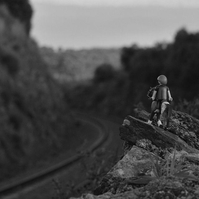 Las vías del tren vienen y van. A donde quieras ir, a donde te quieran llevar. #playmobil #toys #vias #ferrocarril #montaña #horse #nikond3200 #Extremadura #friday #findesemana #november #blancoynegro #photo