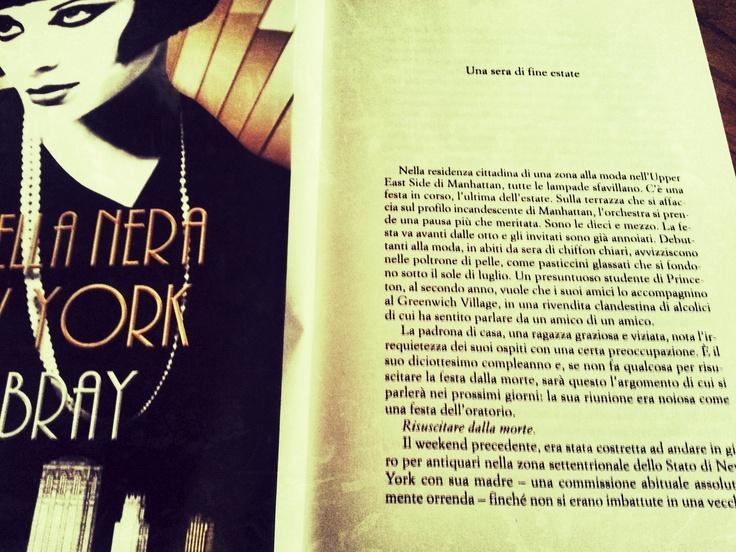 Nella residenza cittadina di una zona alla moda nell'Upper East Side di Manhattan, tutte le lampade sfavillano. C'è una festa in corso, l'ultima dell'estate. Sulla terrazza che si affaccia sul profilo incandescente di Manhattan, l'orchestra si prende una pausa più che meritata.     La stella nera di New York, Libba Bray - 12.10.2012  Leggi le prime 32 pagine del libro su 10 righe dai LIBRI  http://www.10righedailibri.it/prime-pagine/stella-nera-new-york