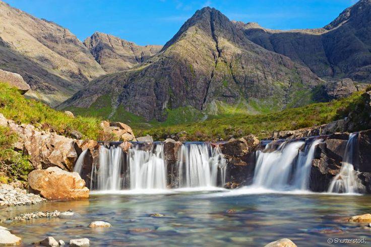 """Piscinas das Fadas, Ilha Skye (Escócia) - As """"Piscinas das Fadas"""", localizadas na Ilha Skye, a maior das ilhas do arquipélago escocês das Hébridas, se caracterizam por serem uma série de cachoeiras e lagoas de águas cristalinas, frias, profundas e em tom azul turquesa por conta do acúmulo de minerais nas rochas. O lugar, que exibe uma natureza estonteante, é muito procurado por quem gosta de praticar trilhas e mountain bike."""