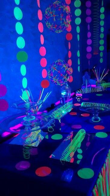 Mesas and neon on pinterest for Mesa de dulces para 15