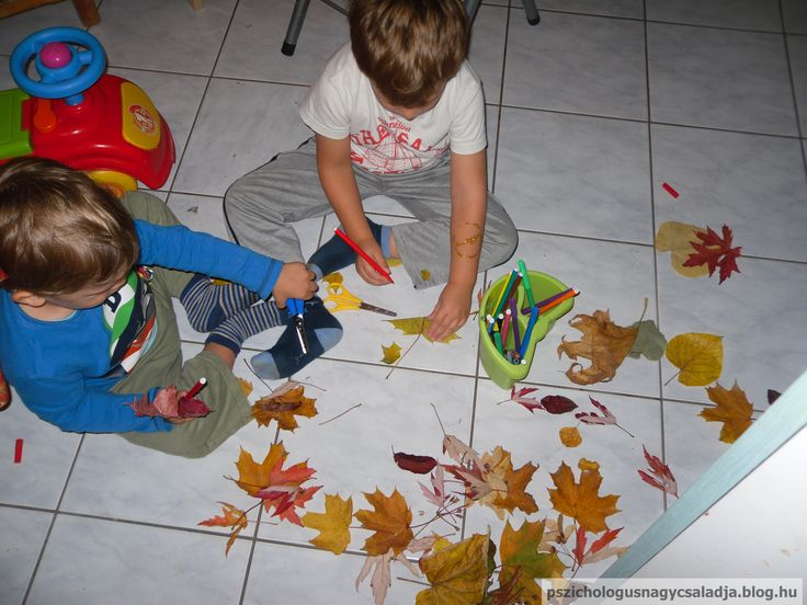 Sokat játszottunk az őszi levelekkel. Rajzoltunk rá filctollal, vágtuk ollóval.  Ismerkedés az évszakokkal, finommotorika fejlesztés, játékos tanulás. Playing with fall leaves.