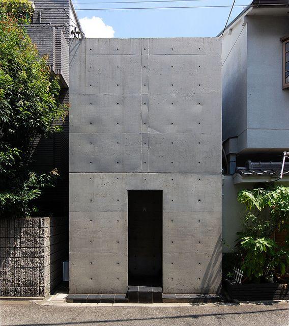 安藤忠雄が世界に衝撃を与えた住宅〈住吉の長屋〉。長屋をコンクリートに置き換えた20坪ほどの小住宅。外部を完全に取り込んだ中庭などANDO伝説をつくった作品。
