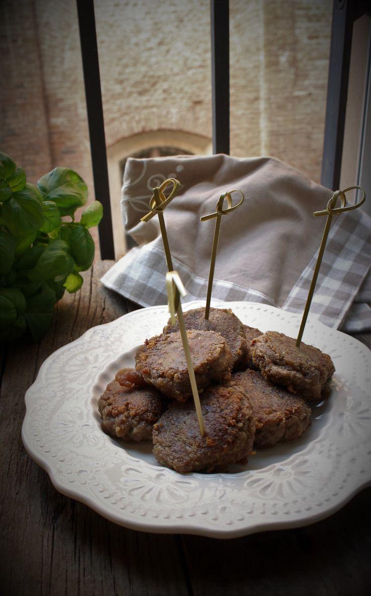 I mondeghili sono un antichissimo e saporito secondo piatto milanese. Sono delle polpette di forma schiacciata realizzate con gli avanzi di carne.