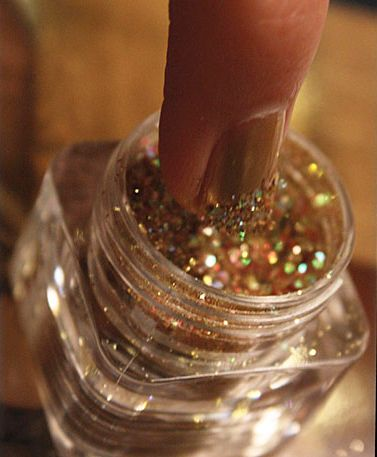 Dip the ends of still wet nails into glitter. Instant sparkle! #diy #beauty