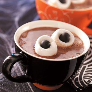 Chocolate quente, marshmallow e drágeas de chocolate, serve para Halloween e festa com tema Monstros