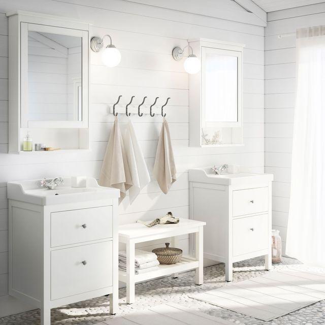 Meuble miroir à une porte Hemnes, 63 x 16 x 98 cm ; Meuble de lavabo Hemnes/Rättviken, 60 x 49 x 89 cm, 239 euros ; Banc Hemnes blanc, L 83 cm, 59 euros ; Le tout, Ikea.