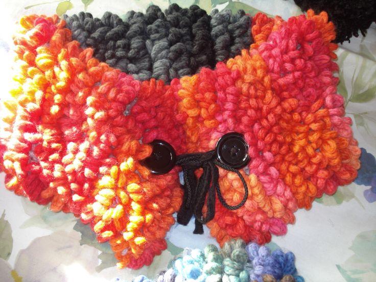 stola in lana puntopelliccia bicolore bottoni gioiello.. coprispalla per giacche e piumini!caldo e avvolgente . tonalità arancio e antracite.