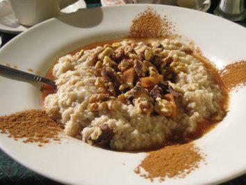 Das perfekte Apfel-Zimt Oatmeal (Porridge)-Rezept mit Bild und einfacher Schritt-für-Schritt-Anleitung: Haferflocken mit Milch und Zimt in einem Topf…