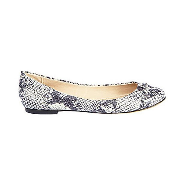 Chaussure plate à imprimé de serpent, de Steeve Madden. Prix: 49.95. Info: stevemadden.com