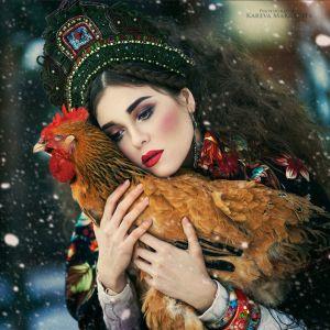 Margarita Kareva - kunst fotograaf. Erg grappig dat ze hier een kip hebben gefotografeerd. Ze heeft een zachte uitstraling. Haar lippen komen echt naar voren, wat weer dezelfde kleur heeft als de kop van de kip.