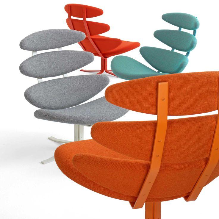 Silla Corona. Esta silla fue diseñada por el danés Poul Volther en 1961. La idea de disponer diferentes almohadones separados por espacios vacíos se dio por la necesidad de ahorrar materiales, tan escasos en la época de post-guerra.