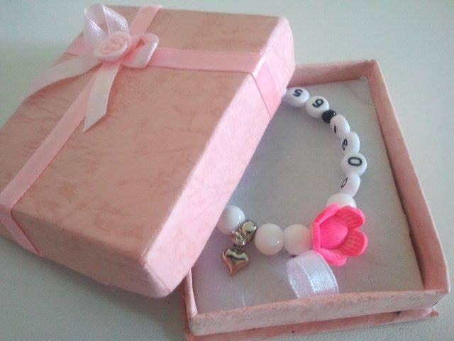 Leuk sos-armbandje in cadeauverpakking http://www.weethoeikheet.nl/SOS-armband-jade-wit-tevredenheid---p-344.html Vanaf € 9,95