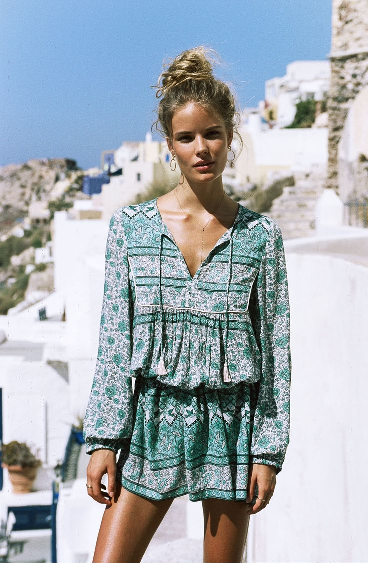 You gotta handit to the ladies behind Spell.They consistently churn out collections that give meall theboho feels. I'm always left daydreaming of a life where all I wear is paisley and floral block printeddresses, rompers and swimwear24/7- and of course, the beach is never but a few