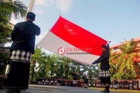 Warga Berpakaian Adat, Aparat Kibarkan Bendera di Laut - http://denpostnews.com/2017/08/17/warga-berpakaian-adat-aparat-kibarkan-bendera-di-laut/