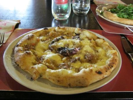 """GENOVESE di  Guglielmo Vuolo, Casalnuovo (NA)  La """"Genovese"""" è una delle più gustose specificità della tradizione napoletana. Nulla a che vedere con Genova, viene da """"Génévoise"""" (Ginevrina), le mense dei mercenari svizzeri al servizio dei Borbone nell'800. Su questa pizza c'è tutto ciò che contraddistingue la Genovese classica: cipolle di Tropea, carote, sedano, pomodoro, tocchetti di carne, bolliti.  Ricetta di Guglielmo Vuolo, titolare-pizzaiolo del Rist-Pizzeria VUOLO, Casalnuovo di…"""