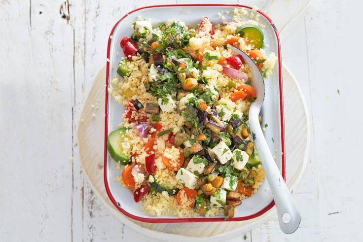 Snelle & lekkere vega couscous, gemaakt met rozijntjes, feta en rozemarijn.