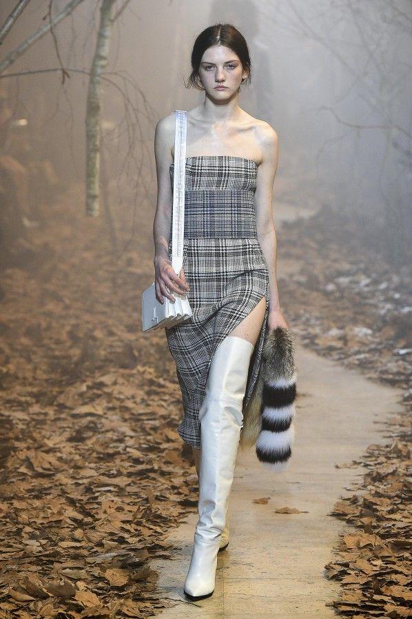"""Après plusieurs collections de """"easy luxury"""", Virgil Abloh développe sa marque de """"Street wear"""" à """"Couture"""", à l'orée d'un beau succès. Off-White sort du bois.  Focus: Paris, fashion week, défilé, catwalk, woods, bois, cuissardes blanches"""