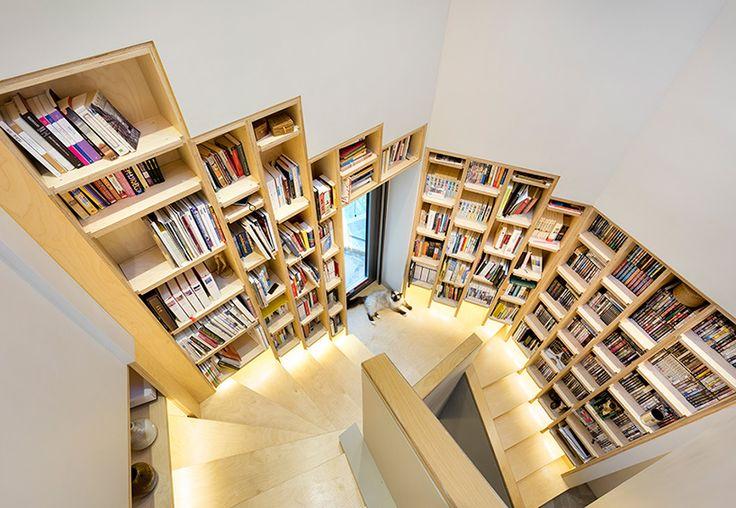 Todos os andares são interligados por meio de uma escada central, onde ficam organizados os livros da biblioteca. Para finalizar, a cobertura conta com um deque ao ar livre para churrascos e outros eventos.