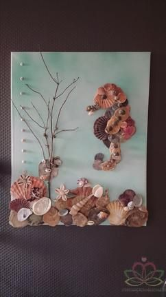 Schelpenschilderij met zeepaardje onderdeel van een 2luik. De werkbeschrijving wirdt gratis beschikbaar gesteld door goedkoop-bloemschikken