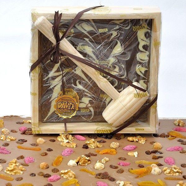 Regalo original - #Chocolate con leche marmolado, con #almendras, #avellanas, #pasas y #oregones en con estuche de madera y martillo