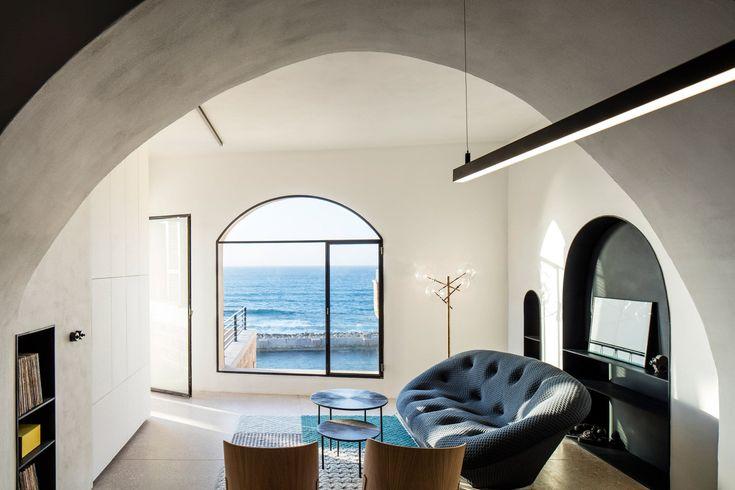 Het Israelische architectenbureau Pitsou Kedem heeft in de oude haven van Jaffa, Tel Aviv, een appartement gerenoveerd door boogramen en deurkozijnen