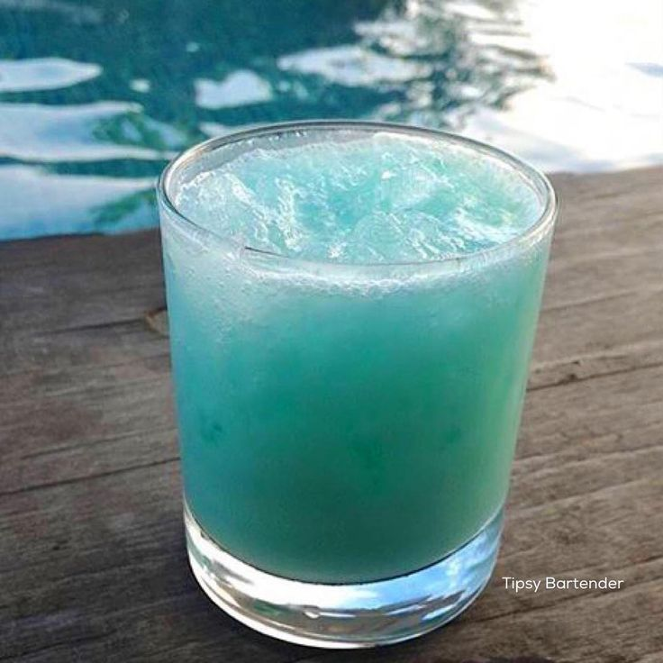 Tiny smurf blue curacao coconut rum coconut cream apple for Mixed drinks with white rum