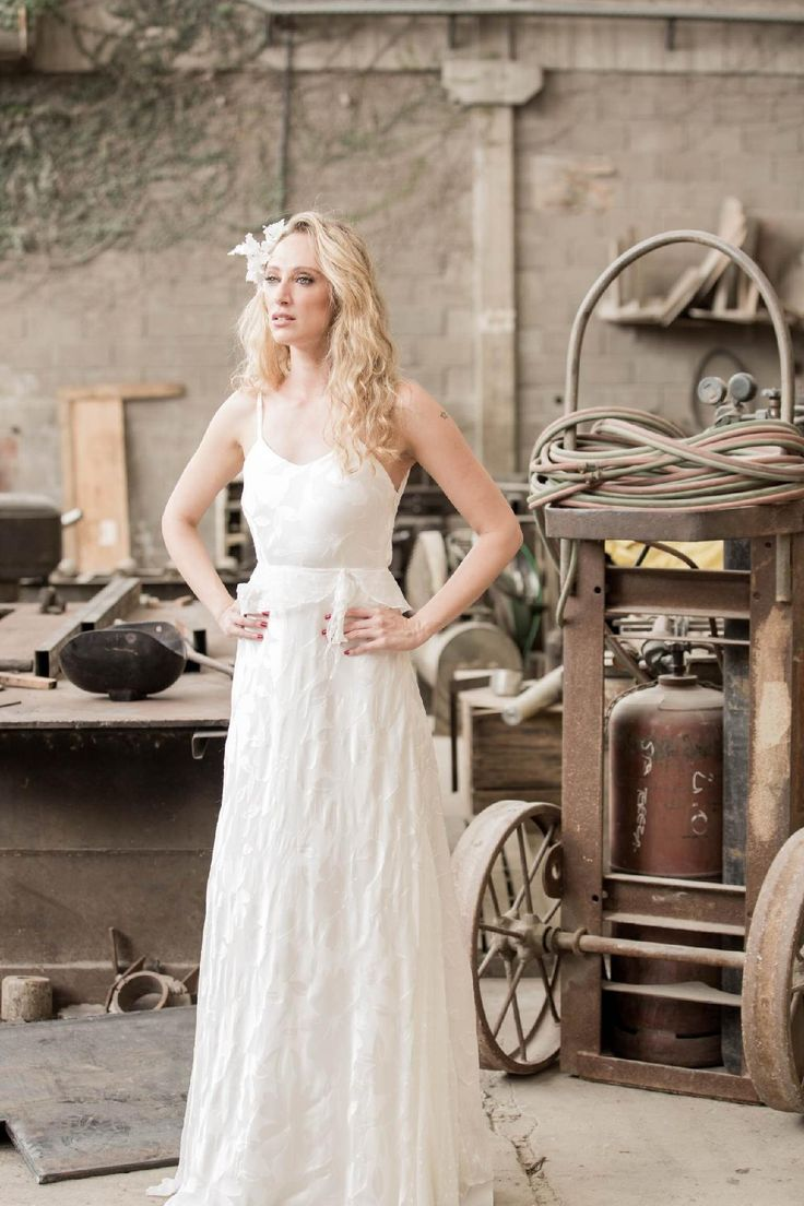 Seleção de vestidos simples para noivas que não combinam com peças opulentas carregadas de bordados e rendas