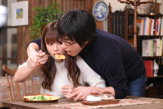 「ダメ恋」最終回で、ついに想いが通じたミチコ(深田恭子・左)と黒沢(ディーン・フジオカ)。エンディングではダメライスを取り合う (c)TBS