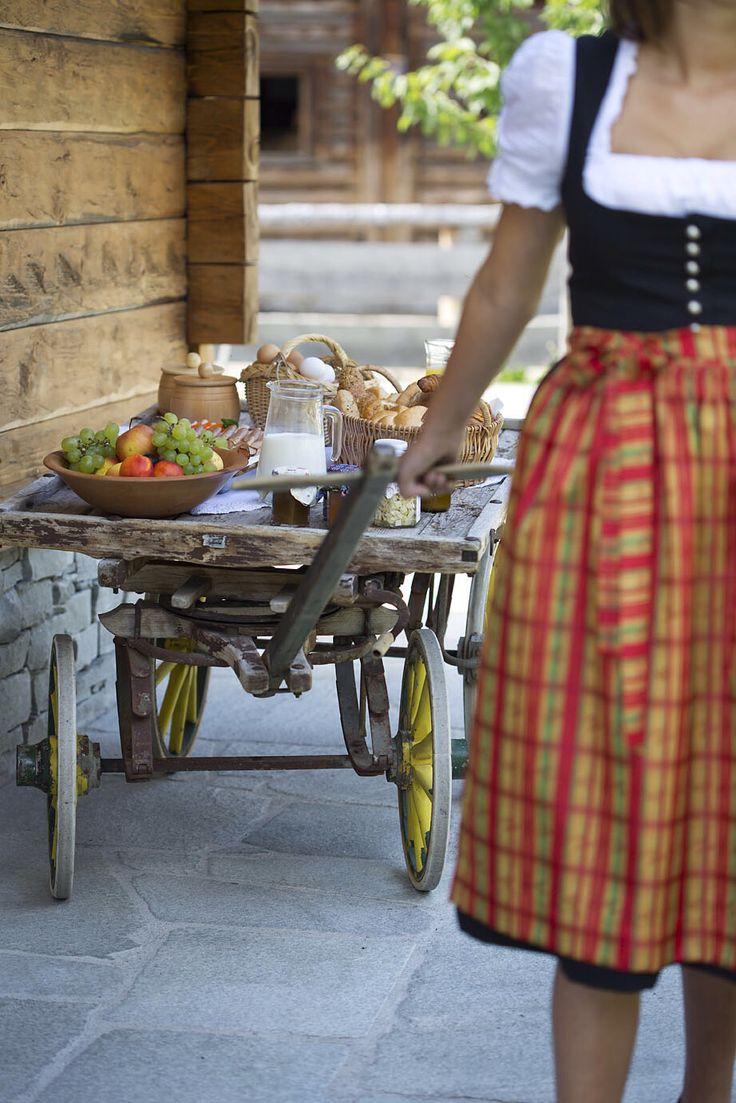 Almfrühstück direkt ins Chalet geliefert // Alpine breakfast directly delivered to the chalet