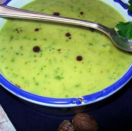 Petrezselyem-krémleves tökmagolajjal Hozzávalók:      2 db nagyobb vagy 3 db kisebb petrezselyemgyökér (kb. 40 dkg)     2 db közepes, szétfövő burgonya (kb. 25 dkg)     1 db kisebb főzőhagyma     1,5 l zöldségalaplé     1 dl főzőtejszín (10 %-os zsírtartalommal)     1 csokor petrezselyemzöld     1/2 szerecsendió frissen reszelve     2-3 evőkanál tökmagolaj     fehérbors     kevés frissen facsart citromlé