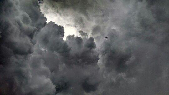 Céu cinza e seu avião