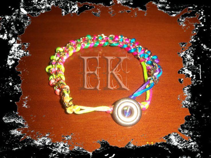 Pulseras con cadenas doradas y hilo multicolor/ Bracelets gold chains and multicolor thread