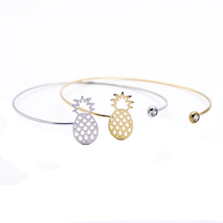 Bracelet en métal plaqué or 14k orné d;un pendentif Ananas et pierre Swarovski. Un bracelet créateur tendance à porter tous les jours. Bracelet reglable convient à tous les poignets. Disponible en métal doré et métal argenté