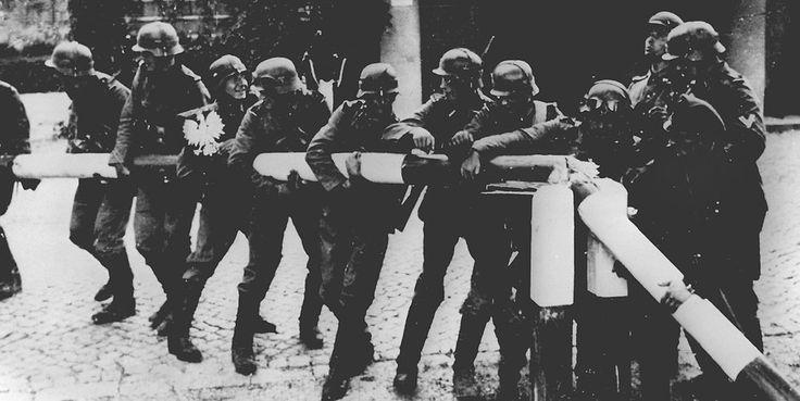 Im September 1939 besetzten Deutsche die nahe der heutigen Ostgrenze Polens gelegene Kleinstadt Szczebrzeszyn. Der Chefarzt des Krankenhauses führte Tagebuch und dokumentierte, wie Deutsche die Bevölkerung insgesamt und besonders die Juden terrorisierten – Letztere auch mithilfe der katholischen Nachbarn. Weil Deutschland die Massenmorde deutscher Soldaten in der Sowjetunion hartnäckig beschweigt, mag es interessant sein, wie der selbst hoch gefährdete Arzt diesen Krieg wahrnahm.
