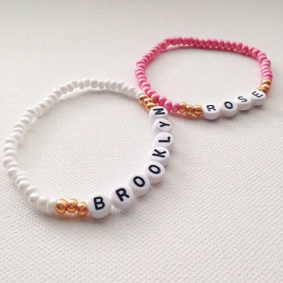 Personalisierte Namen Armband, Name Armband, Mama und mir Outfits, Freundschaftsarmband, Kleinkind Armband, Baby Armband, Säugling Armband  Aufgeführt ist eine Stretch-Perlen-Armband, mit dem Namen oder Ausdruck Ihrer Wahl! Anzahl Perlen auch zur Verfügung. Bitte wählen Sie eine Größe zu Checkout und Farbkombination. ** Bitte hinterlassen Sie ebenfalls einen Hinweis an der Kasse mit Ihrem gewünschten Namen oder Ausdruck. Bitte beachten Sie, wenn eine kleinere Größe ausgewählt ist, eine…