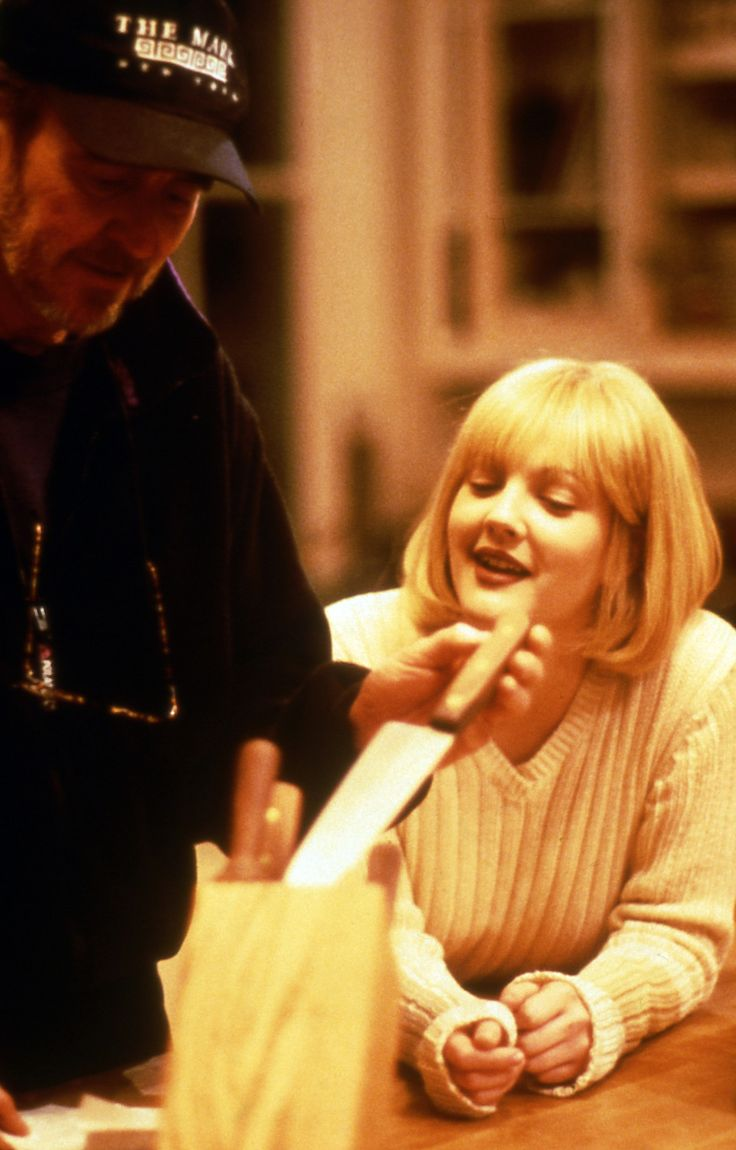 Director Wes Craven and Drew Barrymore (as Casey Becker) on the set on the infamous opening scene of Scream.