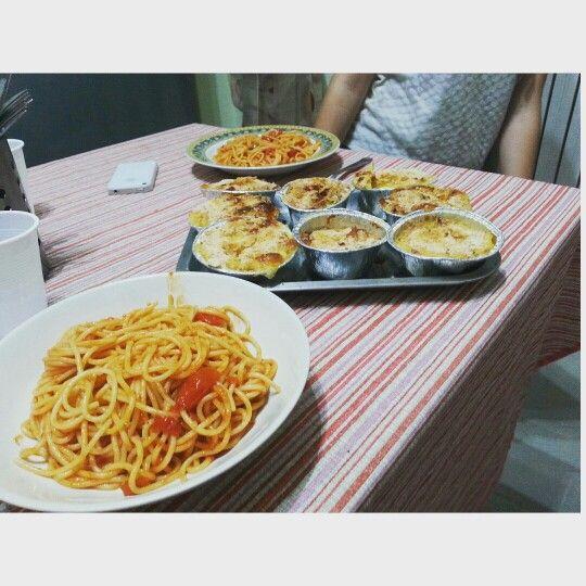 spaghetti con pomodorini e olive... e tortini di patate