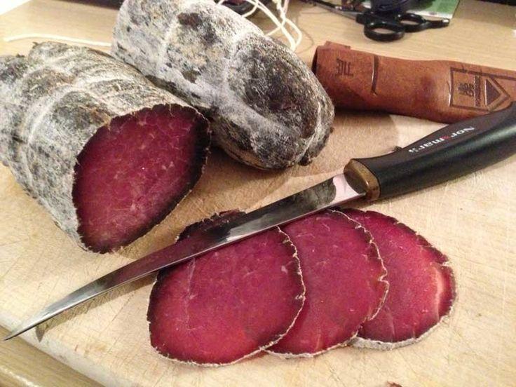 Брезаола - итальянский вид вяленой говядины, предварительно замаринованной в вине. Безумно вкусная штука, практически пропавшая с полок магазинов в последнее время и стоящая совершенно негуманных дене…